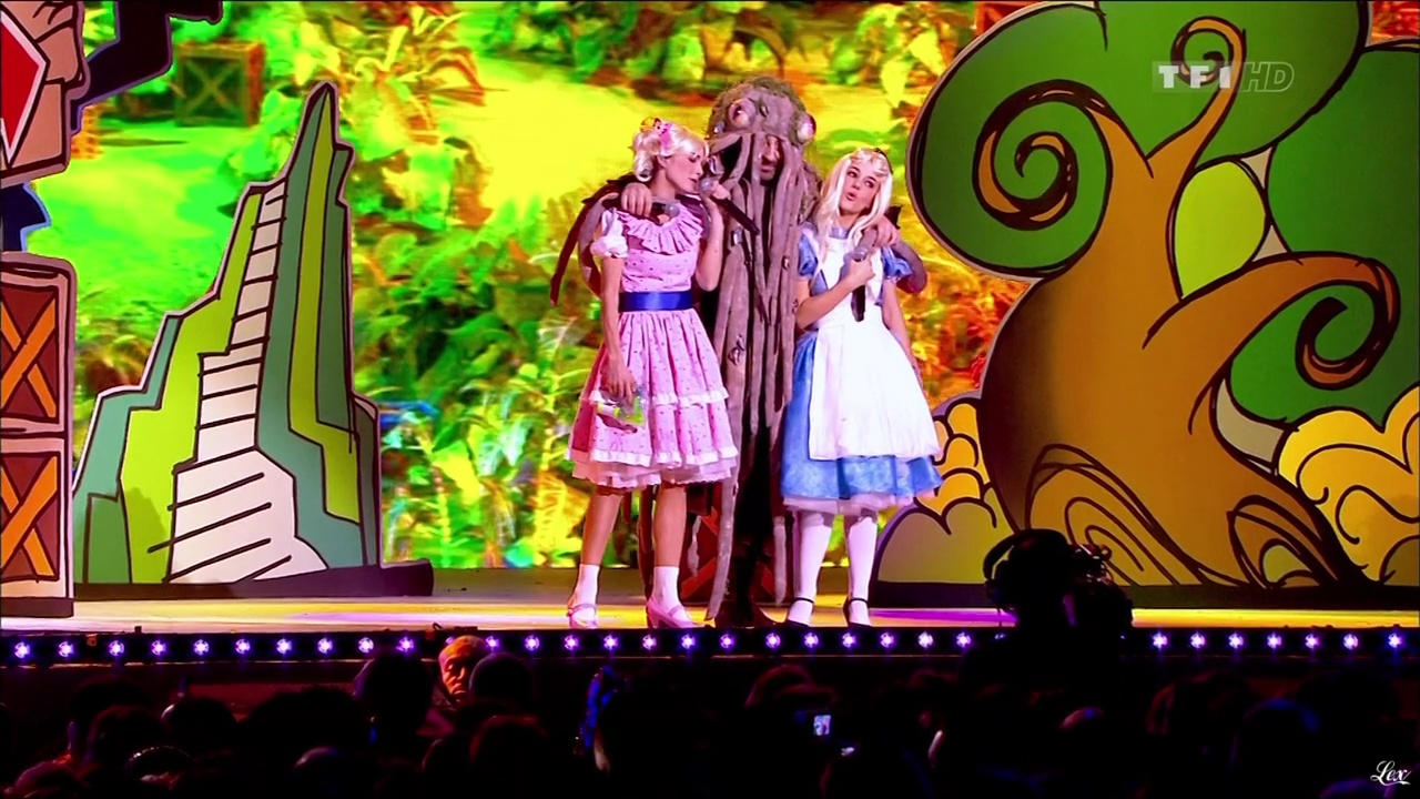 Alizée et Claire Keim dans les Enfoires. Diffusé à la télévision le 11/03/11.