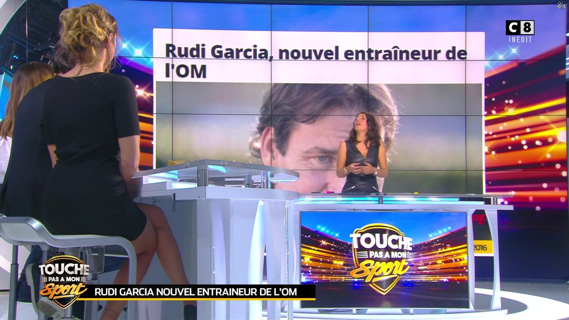Clio Pajczer et Estelle Denis dans Touche pas à mon Sport. Diffusé à la télévision le 22/10/16.