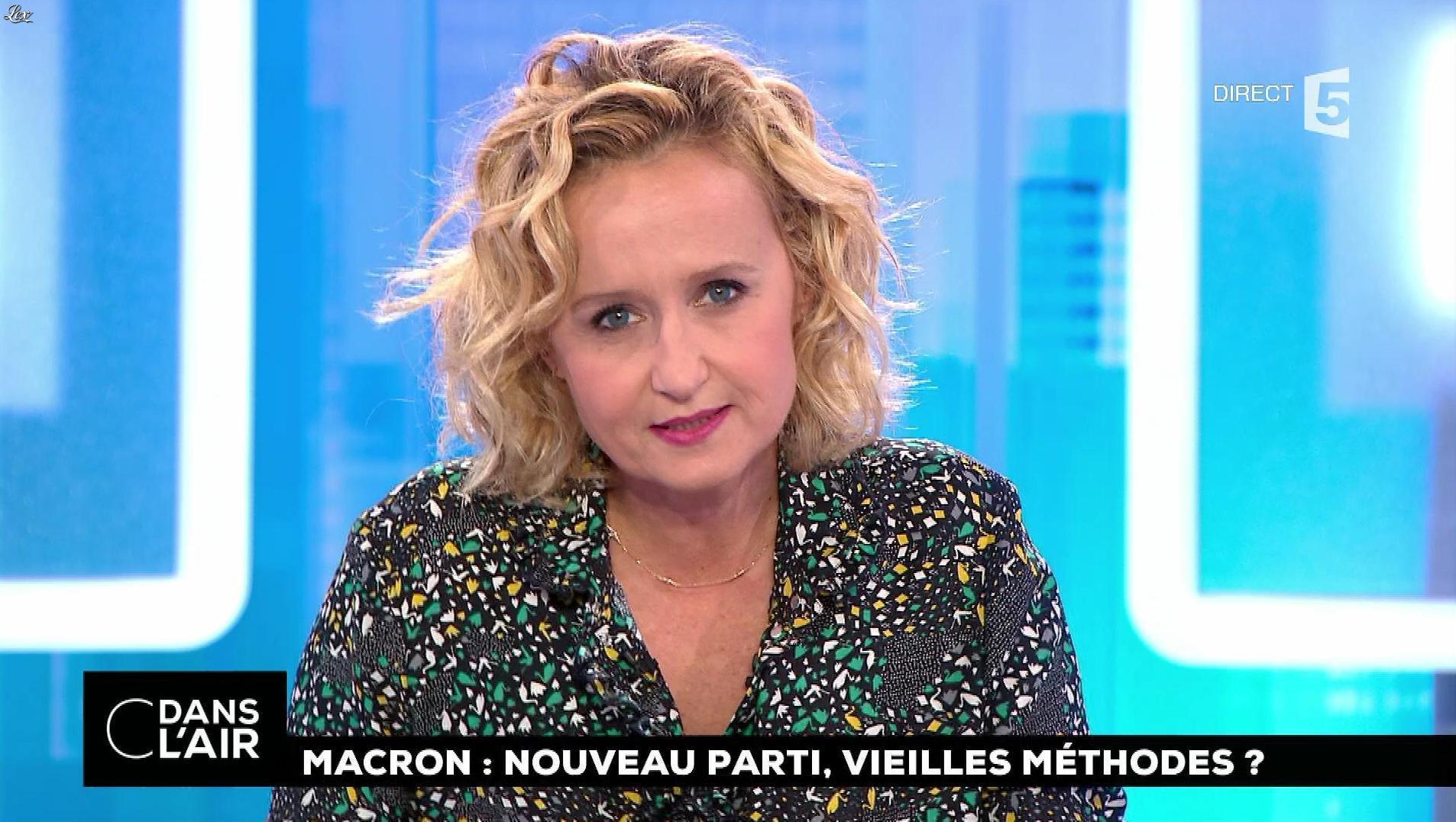 Caroline Roux dans C dans l'Air. Diffusé à la télévision le 26/10/17.