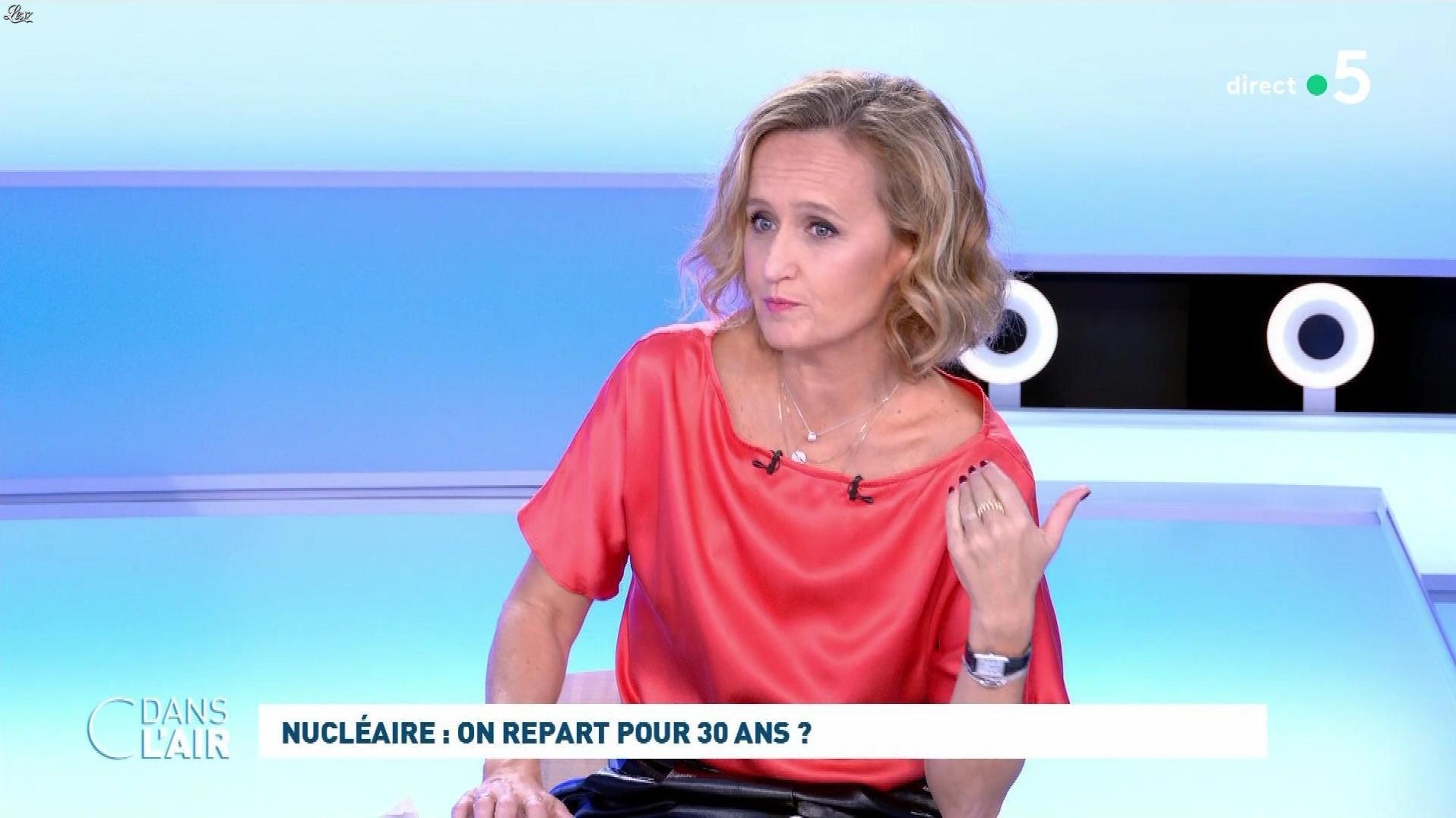 Caroline Roux dans C dans l'Air. Diffusé à la télévision le 12/10/21.